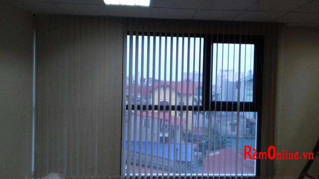 rèm lá dọc có thể kéo ra thu vào và xoay lật lá linh hoạt