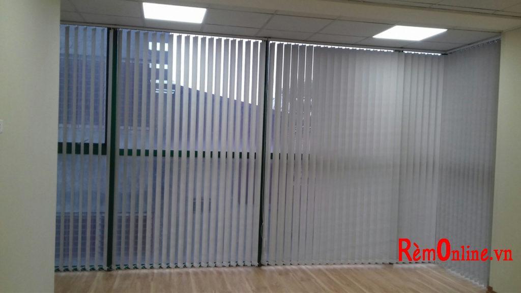 rèm dọc cũng được lựa chọn lắp khá nhiều, nó có độ cản sáng cách nhiệt đến 95%