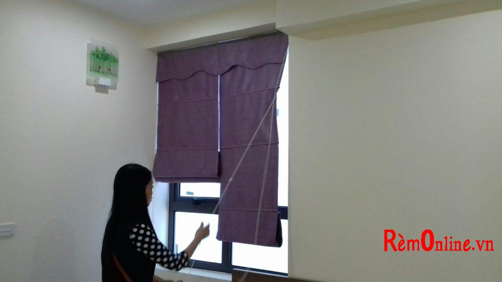 Chị Thúy đang thử kéo rèm lên xuống kiểm tra nghiệm thu tùy vào chất liệu vải bạn chọn sẽ có độ dày mỏng và cản sáng khác nhau