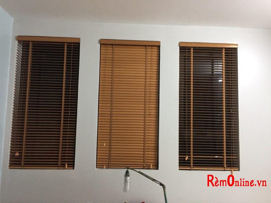 rèm gỗ tự nhiên có độ bền cao nhất và mang vẻ đẹp sang trọng nhất, vì thế nó cũng có giá khá cao.
