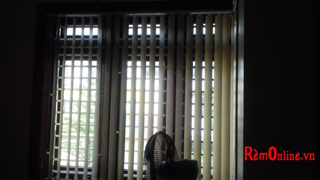 Lắp rèm lá dọc cản sáng 100%