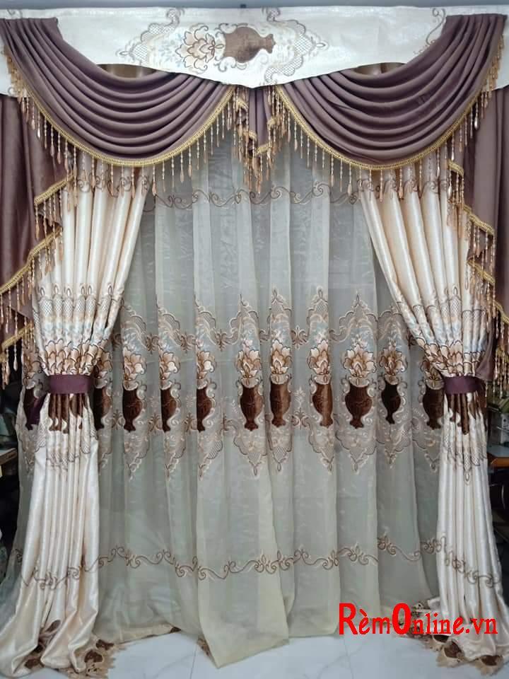 Sự kết hợp tinh tế giữa hoa văn lớp ngoài và lớp voan  cùng với kiểu yếm vắt. Cả bộ rèm cửa tân cổ điển là một thể thống nhất  đẹp hoàn mỹ