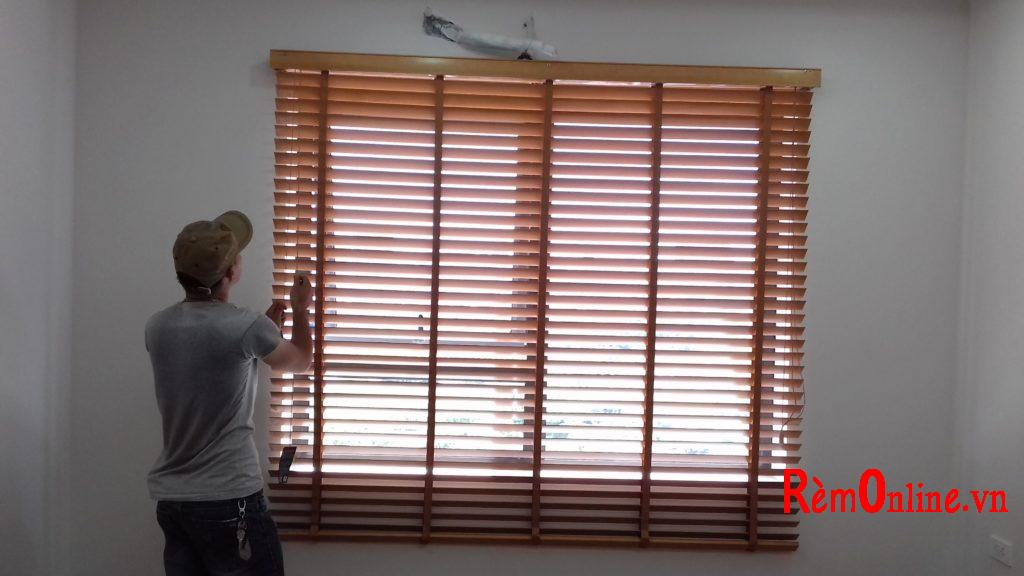 cách lắp đặt rèm gỗ