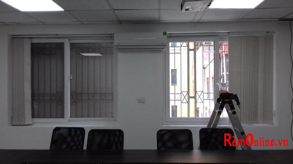 rèm lá dọc rất hợp lắp ở văn phòng công ty